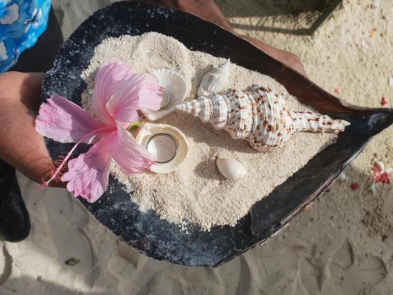 Wedding rings carried in shells © Cerf Island Resort